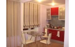 Прямые шторы для кухни