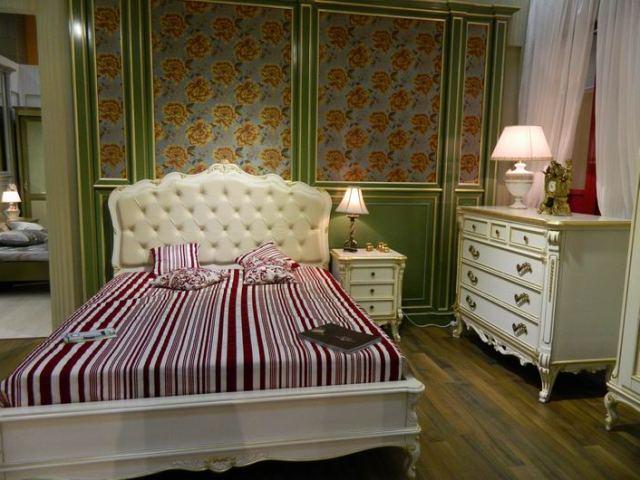Резные декоративные элементы ручной работы покрыты сусальным золотом, что придает мебели богатый внешний вид. Румынская мебель для спальни Cortigiana в классическом стиле
