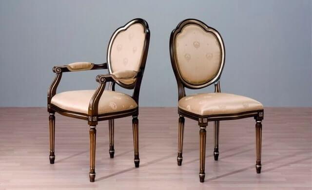 В целом для гостиной выбирают небольшие компактные стулья. Вообще – все зависит от интерьера. Для бара также подходят классические стулья. Выбирается мебель на высоких ножках, однако, с низкой спинкой и мягкой обшивкой.